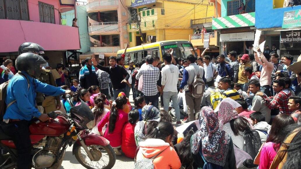 पिथौरागढ़ में बेरोजगारों ने भरी हुंकार, रैली निकाली