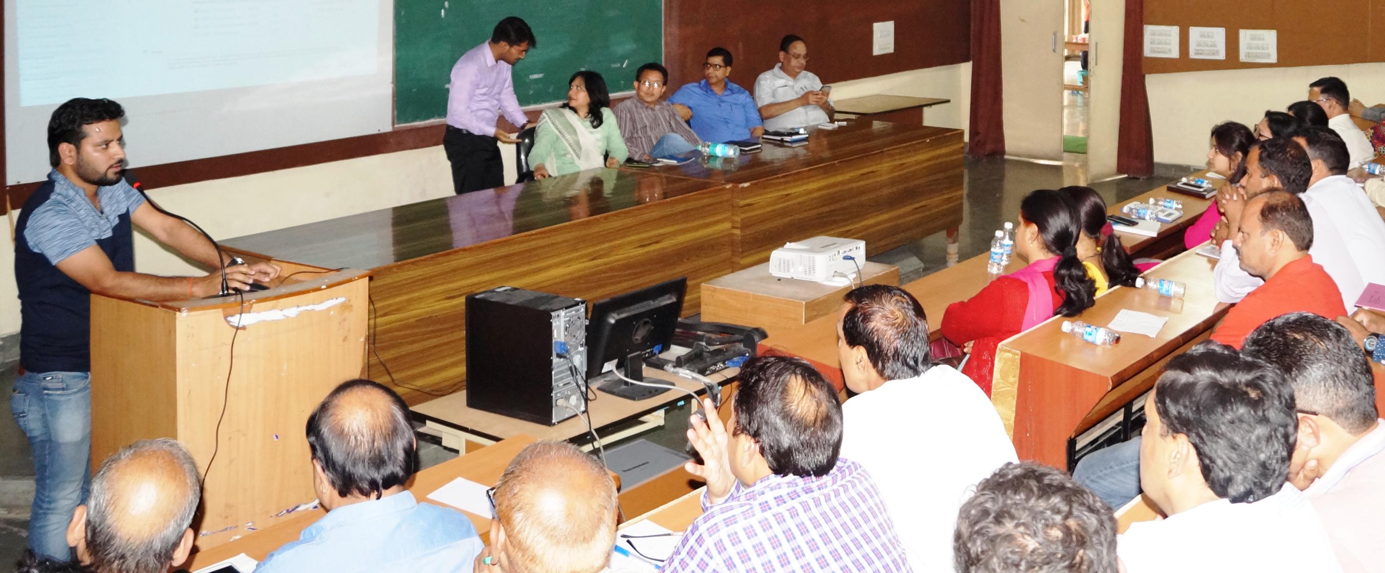 बैठक में जानकारी देते अधिकारी