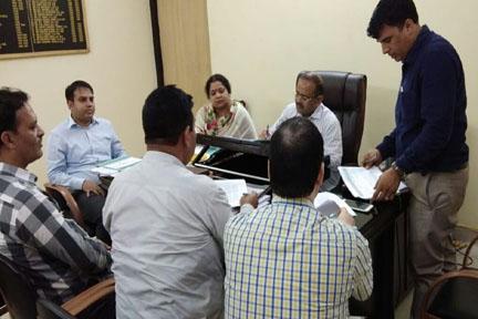 बैठक के दौरान मौजूद डीएम सुमन व अन्य अधिकारी