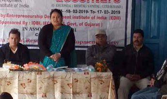 कार्यक्रम को सम्बोधित करतीं ब्लाक प्रमुख गीता बिष्ट